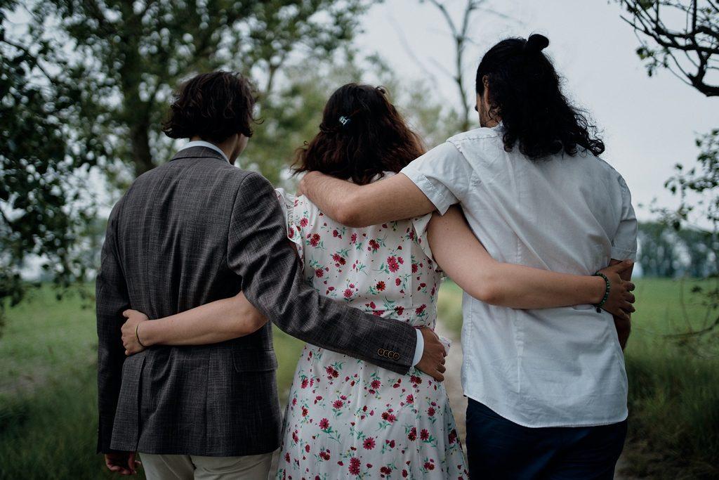 Photo de trois amoureux bras dessus bras dessous